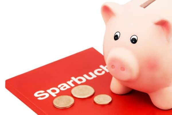 Sparbuch mit Geld und Sparschwein