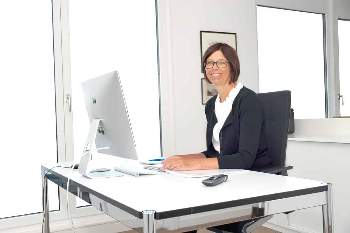 Rechtsanwältin Corinna Ruppel am Schreibtisch, 1200 x 800 px, 109kb