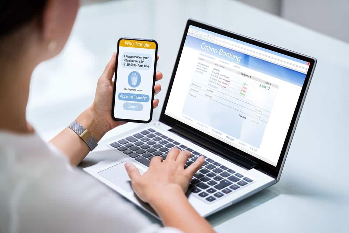 Online Banking Betrug 2020 - Wer haftet? Frau am Laptop im Online Banking